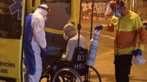 Varios sanitarios transportan a una persona a las urgencias del Hospital