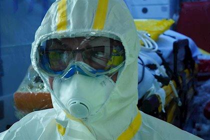Trabajador sanitario con traje de protección individual y mascarilla