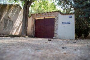 Fachada de la casa de campo situada en el paraje de La Atalaya de Ciudad Real, donde un hombre de 35 años ha muerto este domingo tras recibir un disparo de un arma de fuego, cuando fue sorprendido por el propietario de la vivienda.